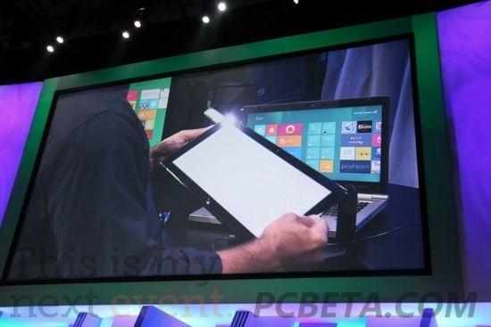 右侧是运行Window 8的惠普笔记本电脑